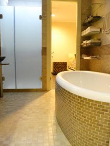 Стильная просторная ванная комната в апартаментах в ЖК Город Стлиц